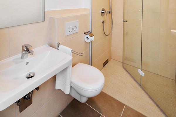 Alle Zimmer sind mit schwellenloser Dusche und WC ausgestattet